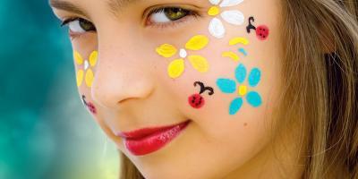 Pas à pas en image pour réaliser le maquillage d'une coccinelle en vol. La coccinelle a déployé ses ailes et il s'envole sur le visage de votre enfant !! Un maquillage d'animal très facile à faire pour Carnaval ou pour une petite fête d'enfants.