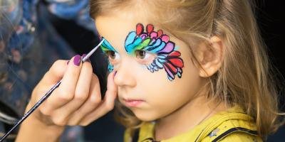 Un maquillage oiseau de paradis en rose, bleu et blanc. Les oiseaux de paradis sont des petits oiseaux très colorés qui vivent sous les tropiques. Voici une idée de maquillage d'oiseau de paradis à ré