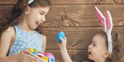 Quel bonheur de voir les enfants partir à la chasse aux œufs de Pâques ! Retrouvez toutes nos idées d'activités pour Pâques 2019, des jeux, des coloriages, des chansons et toutes nos infos sur l'histoire de cette drôle de fête!