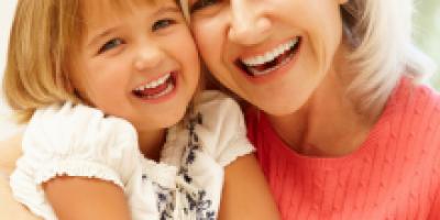 """Vous vous demandez """"pourquoi nous fêtons les grands mères chaque premier dimanche de mars ? Réputée comme une fête commerciale, cette fête séduit de plus en plus de français. Qu'en est-il vraiment ? Retrouvez notre article qui répond à cette question que"""