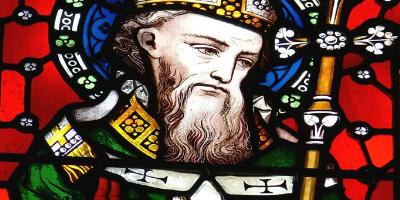 La saint Patrick tombe le 17 mars. On l'oublie souvent, mais la saint Patrick est une fête catholique avant d'être une fête irlandaise. La saint Patrick est la fête nationale irlandaise. Elle est