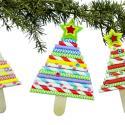 Découvrez une activité facile qui permettra aux enfants de fabriquer des petits sapins à accrocher dans le grand sapin de Noël ! Et tout cela en utilisant simplement des bâtonnets en bois et des pailles en carton.     Un bricolage de Noël simple, amu