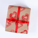 Voici un emballage cadeau de Saint Valentin 100% DIY que vous allez adorer ! Un papier naturel, des coeurs rouge en peinture ! Il est beau et fera très plaisir à l'être aimé.
