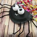 Sac halloween : Une jolie pochette en forme d'araignée à fabriquer avec les enfants pour y mettre les bonbons d'Halloween. Idéal pour aller avec un déguisement ou juste décorer la maison. Une activité manuelle d'halloween facile et rapide à réaliser.