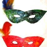 Loup décoré de plumes