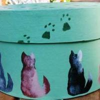 Bricolage envoyé par Cathy B. Activité pour réaliser une boîte décorée de chats peints au pochoir. La décoration de la boite est assez simple, mais la découpe des pocho