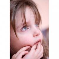 Après une exposition prolongée au soleil, votre enfant peut présenter tous les symptômes d'une insolation. En cas d'insolation, votre enfant peut souffir de maux de tête, de nausées, de vomissements ou de raideur dans la tête. Il peut arriver