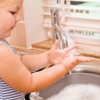Enfant se lavant les mains