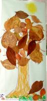 Réaliser un arbre d'automne en collant des feuilles