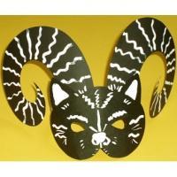 Un masque de bélier en noir et blanc inspiré des mises en scènes sur la jungle urbaine pour le déguisement des enfants. Ce masque en papier noir épais facile à réaliser m&eci