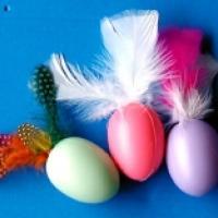 Décorer des oeufs pour Pâques avec des plumes