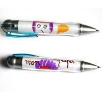 Une idée de petit cadeau personnalisé pas cher et rapide à faire. Ce stylo est personnalisé avec un dessin d'enfant à intégrer sous la partie transparente du stylo. A votre enfant
