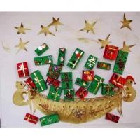 Les cadeaux, jouets et friandises sont cachés dans des petites boites d'emballage récupérées et décorées de papier cadeau. Une fois remplis, tous ces minis cadeaux de Noël sont collés sur le carton de fond.