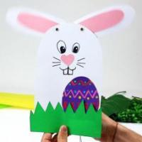 La marionnette lapin est facile à bricoler. C'est une excellente idée d'activités à faire à Pâques. Vous n'aurez besoin que d'un bâtonnet en bois, de quelques feuilles de papier épais et des accessoires.