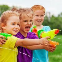 Les pistolets à eau font parti des jeux d'eau les plus populaires auprès des enfants. Chaque été les enfants adorent ressortir leur pistolet à eau pour jouer et se rafraîchir ! Jouer à tirer sur des cibles, à faire la bataille, aux cowboys...