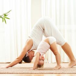 10 séances de sport à faire à la maison avec les enfants lorsque vous ne pouvez pas bouger de chez vous. Que ce soir à cause du mauvais temps ou du confinement, de la quarantaine du Coronavirus, covid-19, il est important de proposer aux enfants une activ