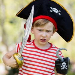 Vous cherchez un accessoire pirate pour accessoiriser un déguisement de pirate enfant ? Épée, télescope, bijoux, bandanas, boussole ou coffre au trésor, on vous dit tout sur les accessoires de pirates.