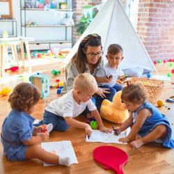 Sommaire des activités à faire avec ou pour son bébé de moins de 2 ans. Jeux d'éveil à faire avec bébé : Activités d'éveil pour le développement de son bébé de 1 an à 2 ans