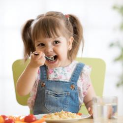 L'alimentation d'un enfant de 4 à 9 est particulièrement importante. A cet l'âge l'enfant est en pleine croissance et a des besoins nutritionnels spécifiques, mais surtout c'est l'âge où les habitudes et les règles alimentaires se mettent en place.