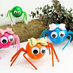 Une petite boule en polystyrène, des pattes en fil chenille, des yeux mobiles et il n'en faut pas plus pour fabriquer votre araignée d'Hallo...