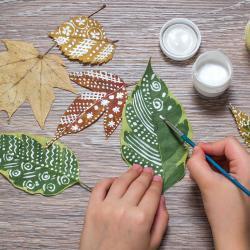 Collectionnez les coloriages de l'enfant sur un arbre en papier