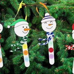 Dans ce tutoriel vous allez apprendre à transformer des bâtonnets en bois en bonhommes de neige que vous pourrez accrocher dans le sapin de Noël.  Un bricolage de Noël facile et amusant, idéal pour les enfants !      ASTUCE : Pour télécharger et