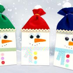 Grâce à un sac en papier et de la feutrine, les enfants vont pouvoir s';amuser à fabriquer des bonhommes de neige trop mignons pour Noël !    Une activité manuelle facile qui permettra aux enfants de faire leurs premiers pas avec le pistolet à
