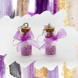 Confectionnez des boucles d'oreilles avec des petites bouteilles en verre.  Rapide et facile à réaliser avec quelques paillettes et un peu de ruban Organza !