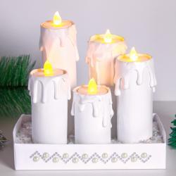 Créez un joli centre de table avec des bougies LED. Ici avec quelques rouleaux de carton on a réalisé un centre de table effet cierges et on imite des coulées de cire fondues avec le pistolet à colle. Un trompe-l'œil amusant très facile à réa
