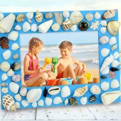 Aujourd'hui nous vous proposons de transformer un simple cadre en bois en véritable souvenir de vacances !    Au programme de cette activité : peinture et collage de coquillages
