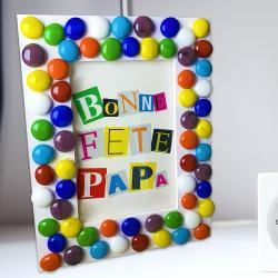Lors de cette activité, les enfants vont apprendre à réaliser une jolie mosaïque avec des galets de verre colorés afin de décorer un cadre original pour la fête des pères !    Au programme de cette activité : découverte de l'utilisation du pistol