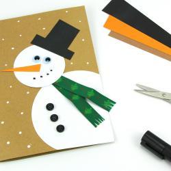 Dans cette activité manuelle sur le thème de Noël, découvrez comment réaliser facilement une carte bonhomme de neige !  Avec du papier les enfants vont donc allier découpage et collage pour fabriquer cette jolie carte de voeux.
