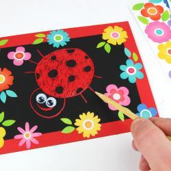 Dans cette nouvelle activité manuelle découvrez une technique qui consiste à utiliser des cartes à gratter adhésives avec fond transparent pour dessiner. Ici afin de dessiner une jolie coccinelle, nous avons utilisé un fond rouge mais vous pouvez ut