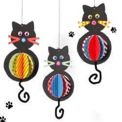 Fabriquez des chats rigolos à suspendre à la fenêtre ou dans la chambre .    Il vous faudra :   1 silhouette chat en papier noir (18 x 10 cm) 3 disques en papier coloré Ø 8 cm 4 moustaches en papier coloré (longueur 5 cm) 1 nez en papier (Ø