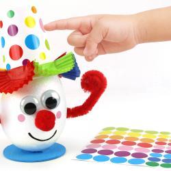 Dans cette activité manuelle, nous allons vous montrer comment fabriquer un clown rigolo et coloré !    Pour créer ce personnage indissociable du Carnaval nous avons utilisé un oeuf en polystyrène ainsi qu'un gobelet en carton afin de crée
