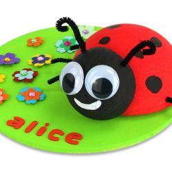 Vos enfants vont s'amuser à fabriquer cette adorable coccinelle dans un jardin. Ils pourront y ajouter pleins de petits accessoires et même leur prénom.    Une activité pour les plus petits, facile et originale en attendant le printemps !