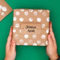 Réalisez des emballages cadeaux originaux et créatifs pour Noël. Avec un peu de papiers unis et des tampons faites de l'emballage cadeau une activité créative ludique pour les enfants.