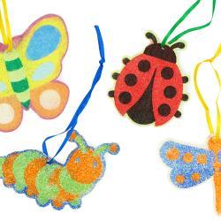 """Découvrez la magie des cartes à sabler à travers ces petites suspensions """"Insectes"""" !    Grâce à nos stylos de sable fin coloré ou nos paillettes, les enfants pourront décorer nos jolies cartes très facilement et à leur goût.    Une activité fac"""