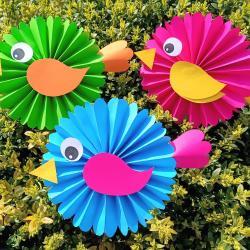 Pliage, découpage et collage au programme de l'activité créative du jour !  Les enfants vont adorer fabriquer ces jolis oiseaux plein de couleurs.    Un bricolage facile que tous les enfants pourront faire à la maison.