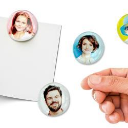 Aujourd'hui nous allons utiliser des galets en verre pour fabriquer des magnets et décorer le frigo avec plein de jolies photos de famille !