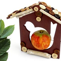 L'automne est la saison idéale pour commencer à installer un nichoir ou une mangeoire pour oiseaux dans le jardin ! L'hiver étant une saison difficile pour les oiseaux ils pourront ainsi se protéger du froid et continuer de se nourrir grâce aux ni