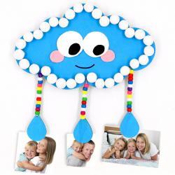 Dans cette activité météo, nous allons fabriquer un joli porte-photos nuage! Une activité accessible dès le plus jeune âge basée sur le collage, le découpage et la peinture.    Vous pourrez ensuite accrocher vos photos de famille sur ce nu