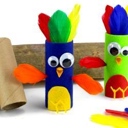 Pour cette nouvelle activité manuelle colorée nous allons transformer des rouleaux en carton en oiseaux colorés rigolos et plein de couleurs !    Un bricolage facile et amusant pour les enfants dès l'âge de 5 ans !