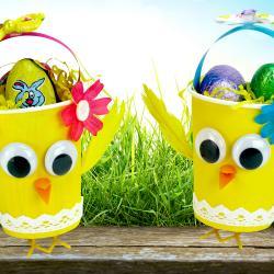 Découvrez un bricolage de Pâques qui permettra de transformer un simple gobelet en carton en un panier poussin trop mignon. Une décoration originale dans laquelle vous pourrez déposer les petits oeufs en chocolats récoltés par les enfants !    Une ac