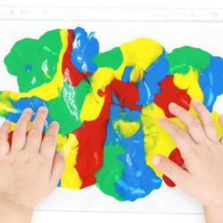 Découvrez la peinture propre, une activité sensorielle d'inspiration Montessori qui permet aux enfants dès l'âge de 6 mois de découvrir les plaisirs de la peinture sans se salir !  Cette activité facile à mettre en place développera les sens des