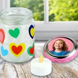 Avec un pot en verre, un peu de papier de soie et des jolies gommettes les enfants vont pouvoir fabriquer un sublime photophore à offrir pour la fête des mères.Un cadeau original et facile à fabriquer qui va faire plaisir aux mamans!