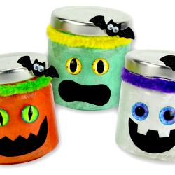 Un bricolage effrayant amusant et facile à faire avec les enfants à l'occasion d'Halloween !  Grâce à des pots en verre, du papier de soie, du vernis-colle et quelques accessoires les enfants pourront fabriquer de monstrueux photophores qui