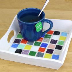 Pour apporter de bonnes boissons fraîches ou un petit déjeuner cet été, découvrez ce nouveau tutoriel pour apprendre à décorer facilement un plateau avec des mosaïques.    Cette activité facile permettra aux enfants d'avoir une première approche