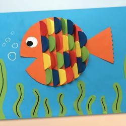 Découvrez cette activité qui permettra à vos enfants de transformer des simples feuilles de papier colorées en un poisson arc-en-ciel !  Une décoration originale que les enfants pourront accrocher fièrement dans leurs chambres !    Une activité cré