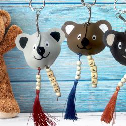 Pour la fête des pères, découvrez notre tutoriel pour fabriquer ces porte-clés oursons trop mignons en cuir ! Un cadeau tout mignon parfait pour offrir.    Nous vous avons même préparé un modèle gratuit à imprimer afin de faciliter encore plus ce bri